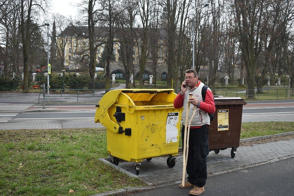 Básník Pavel Hlušička si na své cestě z Řípu na Radhošť naplánoval také etapu z Rýmařova do Bruntálu. Kolemjdoucím představil své kontaktovací hole a nabídl oves míru.
