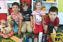 Ondra Čapek, Maruška Hanelová, Maruška Beránková a Matýsek Navrátil (zleva) chodí již na sklonku prázdnin do mateřské školy v Široké Nivě.