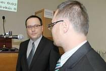 Jan Prajza (vlevo) z Občanské demokratické strany krátce poté, co mu popřál ke zvolení do městské rady bruntálský starosta Petr Rys.