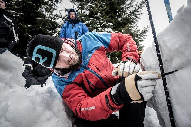 Měřením sněhové pokrývky se určuje míra lavinového rizika.  Předpověď počítá i o víkendu v Jeseníkách se třetím stupněm lavinového nebezpečí. Zásadou je nevstupovat na příkré svahy se sklonem nad 35 stupňů. Nebezpečná místa již tvoří souvislý celek.