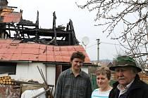 Ladislav Podlucký (vpravo) je vděčný obyvatelům Světlé Hory za pomoc, kterou mu po ničivém požáru poskytují. Na snímku s Lenkou a Petrem Gureckými, kteří mu nabídli a zajišťují prozatímní bydlení i stravu.