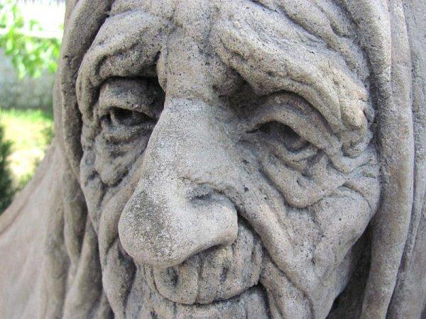 Lubomír Otisk vytvořil snovou surrealistickou vizi své babičky, která svírá dětskou hlavu. Dítě symbolizuje vzpomínky stařenky na dětství a dávnou minulost. Protékající minerální voda představuje nezadržitelný proud času.