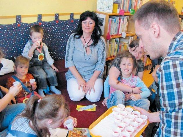 Přípitek na zdraví nových čtenářů a přání hodně přečtených knih zakončily první pasování nových čtenářů z Mateřské a základní školy Slezské diakonie v Krnově.