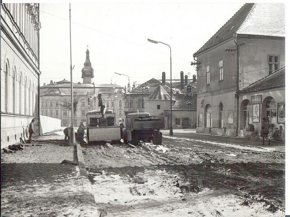 Pohled od Zámeckého náměstí ke krnovské radnici bez Prioru.