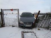 27letý řidič s vozidlem Volkswagen po sérii smyků v protisměru narazil do svodidla a poté přejel zpět doprava, kde se čelně střetl s oplocením pozemku.