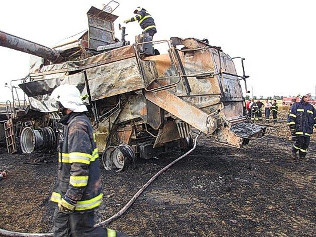 ole u Osoblahy se ocitlo v plamenech. Při požáru shořelo obilí za milion a kombajn za další tři miliony korun.