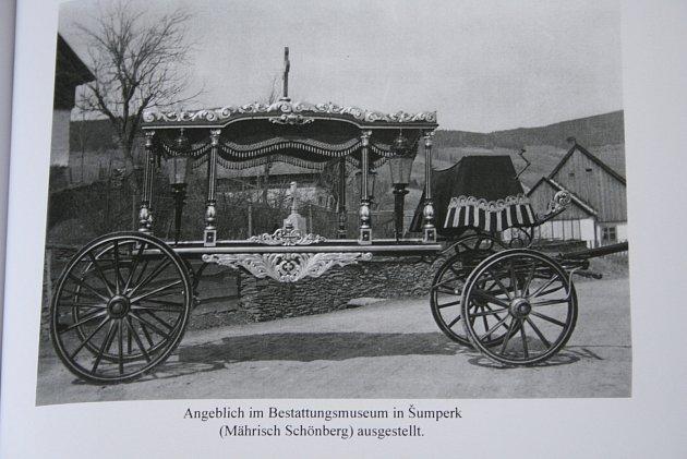 Pohřební kočár petrovičtí rodáci znají z této fotografie, ale netuší, kde skončil.