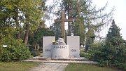 Památník na krnovském hřbitově připomíná padlé obou světových válek.