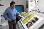 Fotograf Štefag Guber v útěrý 27. dubna navštívil krnovskou tiskárnu Retis, aby naposled zkontroloval barvy a kvalitu papíru, než se rozjede rotačka a vytiskne 500 kusů kalendáře Krázsky z Města Albrechtic.