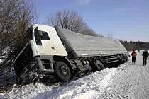 Havarovaný kamion ležel po havárii u Města Albrechtic v příkopu do druhého dne.