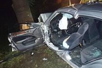 Špatně dopadla nehoda ve čtvrtek večer okolo desáté hodiny na okraji Bílčic v Majůvkách. Honda Accord se čtyřmi mladými muži na palubě narazila do stromu u krajnice.