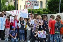 Základní škola na Janáčkově náměstí v Krnově měla každé ráno takové problémy s auty, že už víc jak pět let pedagogové i žáci podávají stížnosti a organizují protestní i petiční akce. Byli úspěšní, takže od září zde řidiče čeká nové dopravní značení.