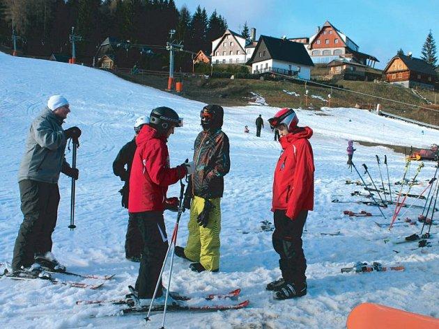 V areálu Kopřivná dostanou v sobotu návštěvníci při zakoupení ski pasu zdarma párek na opékání. Opéci si ho mohou na velkém ohništi u sjezdovky.