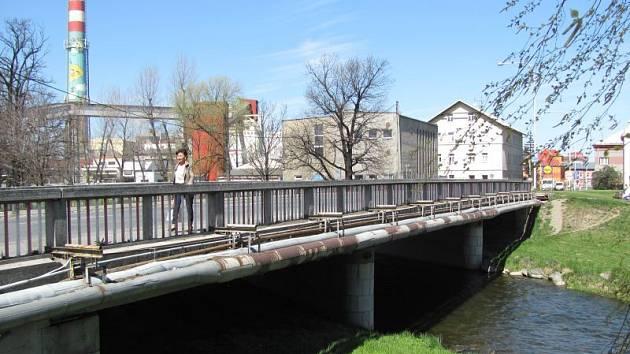 Most i komunikaci na ulici Čsl. Armády čeká v nejbližších dnech rozsáhlá rekonstrukce, která zde bude komplikovat dopravu až do podzimu.