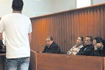 Jako svědek vypovídal bratr obžalované. Uvedl, že Jirka doma vařil a sestra uklízela. V lavici sedí obžalovaní manželé B. a jejich obhájci.