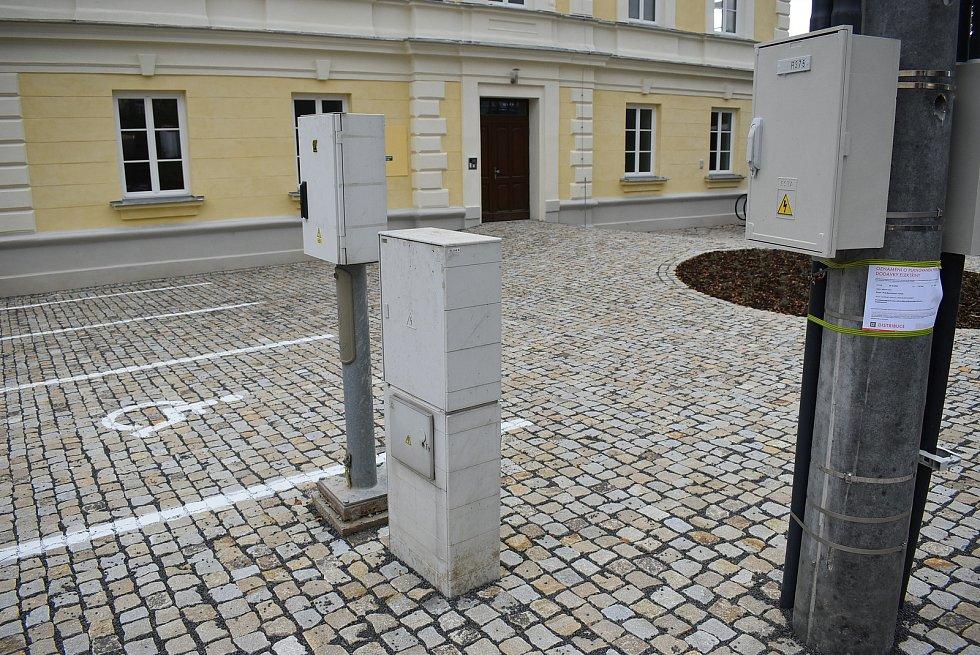 Bývalá školní jídelna a družina v Krnově Kostelci se změnila na komunitní dům pro seniory s deseti byty. Už přivítala první první nájemníky.