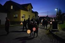 Ve Slezských Rudolticích se sousedé sešli za soumraku, aby oslavili státní svátek společnou procházkou k památníku TGM.