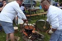 Milovníci guláše se sešli ve Světlé Hoře. Pod názvem Cena děda Praděda už po jedenácté probíhala soutěž ve vaření guláše.