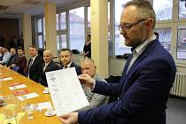 Na radnici v Bruntále představitelé města, škol a podniků ve městě podepsali memorandum o vzájemné spolupráci.