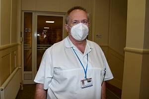 Chirurg Bronislav Sedláček je jedním z těch, kdo si momentálně na nedostatek práce rozhodně nemůže stěžovat.