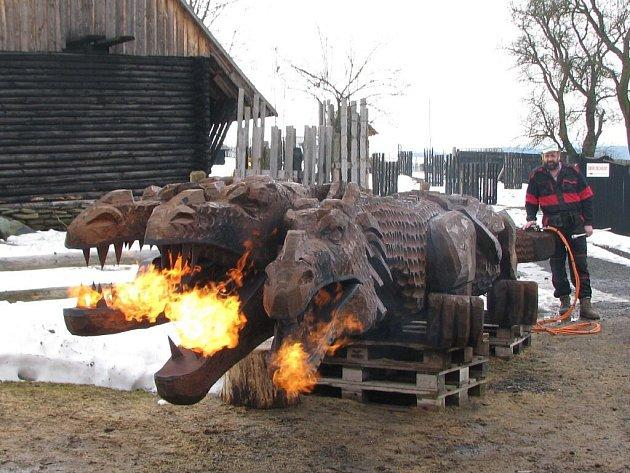 Řezbář Halouzka dokončil draka, který šlehá skutečný oheň. Jeho dílo je k vidění v Pradědově galerii v Jiříkově.