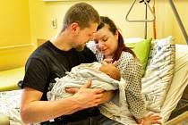 Šťastní rodiče s novorozencem v krnovské nemocnici.