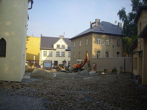 Školní náměstí vRýmařově. Výstavbu zpomalily a prodražily archeologické nálezy.
