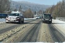 Podívejte se, jak vypadaly v pondělí zasněžené silnice od Krnova přes Bruntál až do Jeseníků.