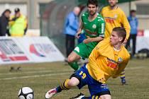 ZKLAMÁNÍ. Slovan Varnsdorf (ve žlutém) prohrál na půdě posledního Hlučína