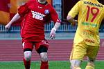 SLOVAN NEPŘEKVAPIL. Fotbalisté Varnsdorfu (v červeném) prohráli s Duklou 0:4