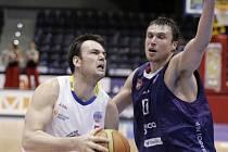 HOUŠMEN ODCHÁZÍ. Pavel Houška (v modrém) odchází do Nymburku.