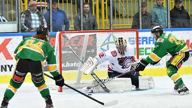 PORÁŽKA. Děčínští hokejisté prohráli na ledě Dvora Králové 0:4.