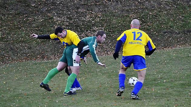REZERVA Plastonu Šluknov (v zeleném) porazila 6:2 Jiřetín pod Jedlovou (ve žlutém).