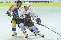Ve čtvrtém přípravném utkání porazil HC Děčín Litoměřice. Na snímku bojuje se soupeřem Gottfried (vpravo).