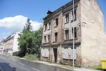 Zchátralý dům stojí u hlavní silnice