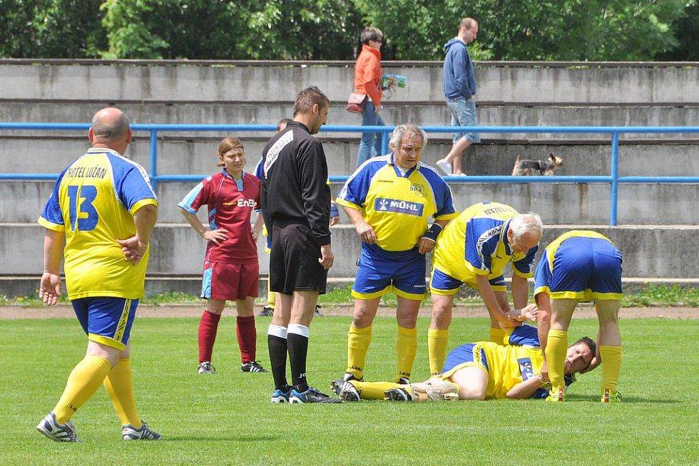 VELMI ÚSPĚŠNÉ bylo utkání žen SV Reichenbach (ve fialovém) a Rumburského výběru ( ve žlutém).