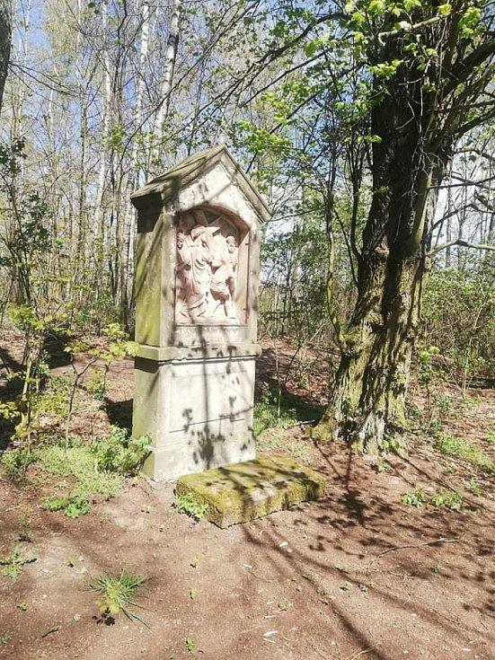 Cesta ke kostelík sv. Jana Křtitele na Strážném vrchu v Rumburku.
