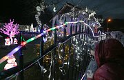 V Benešově na Ploučnicí mají vánočně vyzdobený dům i zahradu.