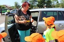 Policisté a děti kontrolovali řidiče v Huntířově na Děčínsku. Kdo měl vše v pořádku, dostal od dětí obrázek sluníčka.