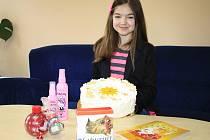 Desetiletá Aneta si přišla převzít dort přímo do redakce Děčínského deníku. Kromě toho se mohla těšit i na další dárky.