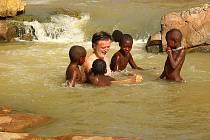 Václav Špillar se vykoupal s malými domorodci v řece Kunene na hranicích  Namibie a Angoly.