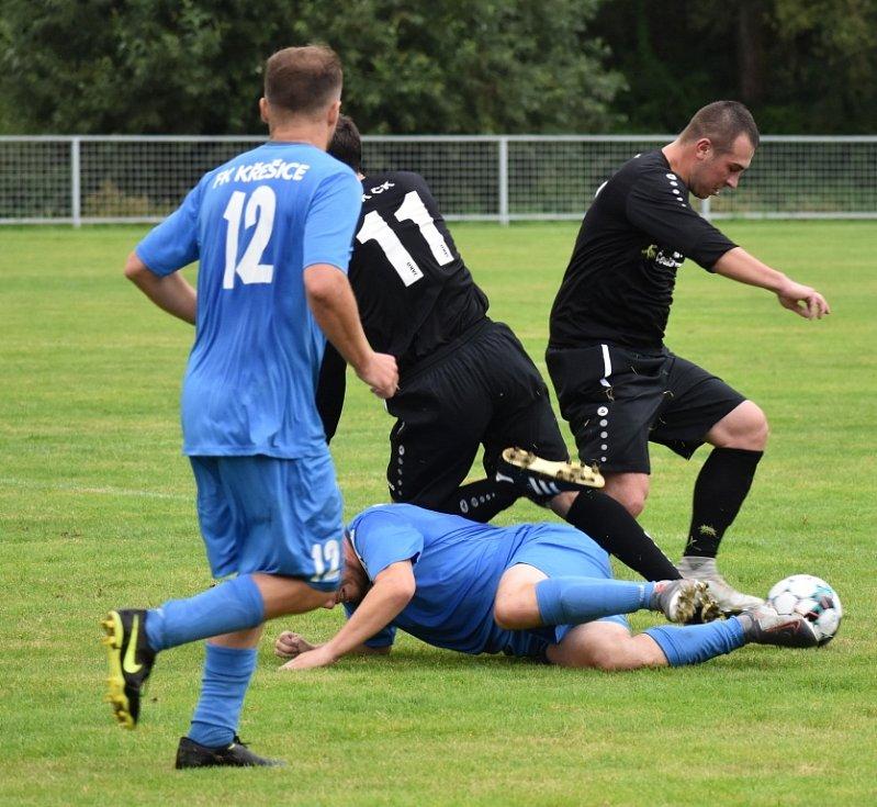 Česká Kamenice (černé dresy) doma porazila Křešice 2:0.