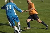 JÍLOVŠTÍ FOTBALISTÉ (oranžové dresy) doma porazili Českou Kamenici 3:0.
