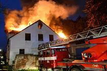 Požár střechy opuštěného domu v ulici U parku v Rumburku.