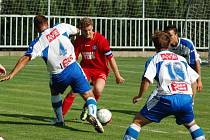 VARNSDORF PŘEJEL ARMU. FK Varnsdorf (v červeném) mile překvapil, FK Ústí hladce porazil 4:0.