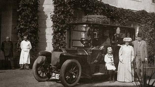 Fotografie z fondu Rodinný archiv Thun-Hohensteinové Děčín uložené v děčínské pobočce Státní oblastní archiv v Litoměřicích. Fotografie byla pořízena na zámku v Peruci.