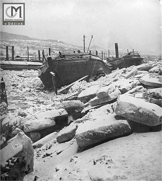 Poškozená plavidla při nakupení ledu v rozběleském přístavu v roce 1902. V zadu řady komínů řetězových parníků