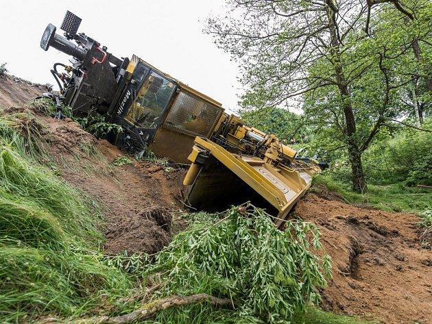 V Brtníkách spadl 200 tun vážící železniční jeřáb.