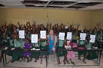 Děti v Africe dostaly lavice