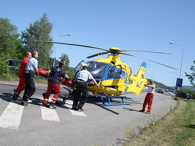 Dopravní nehoda - střet motorkáře s odtahovou službou.